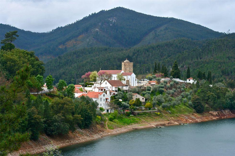 Essa aldeia fica na rota dos Templários, numa pequena península formada pelo rio Zêzere. Com bela paisagem natural, também conserva vestígios das batalhas medievais, como a torre templária pentagonal e a Igreja de Nossa Senhora do Pranto.