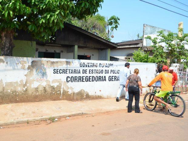 Prédio está desativado e segundo os moradores é utilizado como abrigo para usuários de drogas (Foto: Aline Nascimento/G1)