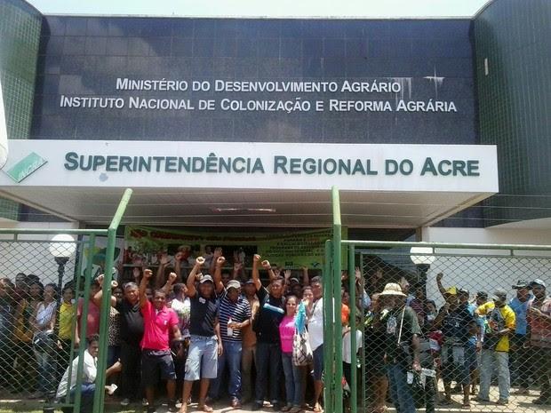 Agricultores se reuniram em frente ao prédio do Incra (Foto: Aline Nascimento/G1)
