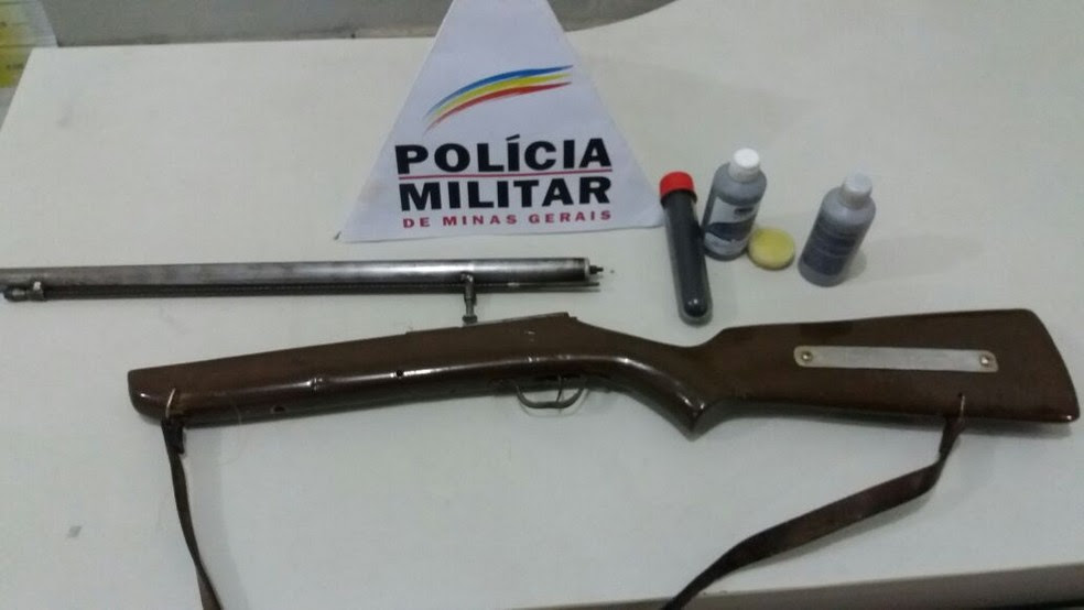 Arma com pólvora e chumbo foram entregues na delegacia (Foto: Polícia Militar/Divulgação)