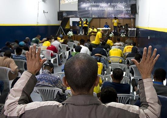 Usuários de droga participam de oração no templo chamado Cristolândia, na região central de São Paulo