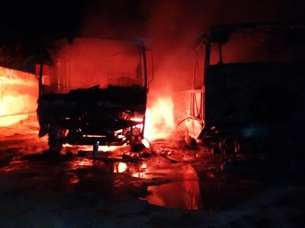 Ônibus escolares foram incendiados em Governador Dix-Sept Rosado (Foto: PM/Divulgação)