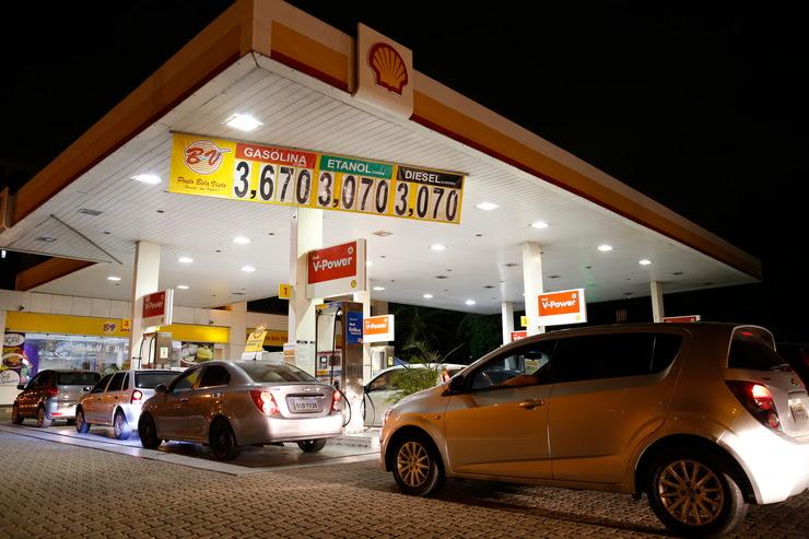 Posto de gasolina com fila de carros