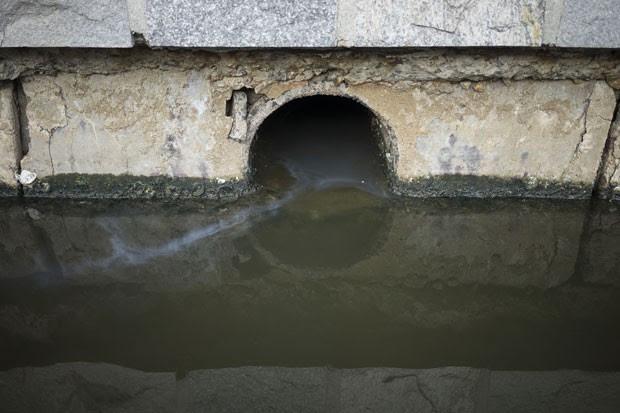 Foto de 5 de julho mostra águas fétidas fluindo até a Lagoa Rodrigo de Freitas, onde estão programadas as provas do remo e canoagem durante as Olimpíadas de 2016 (Foto: Felipe Dana/AP)