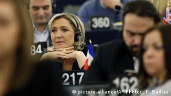 Η Μαρί Λεπέν απειλεί με δημιοψήφισμα για έξοδο της Γαλλίας από το ευρώ σε περίπτωση νίκης της
