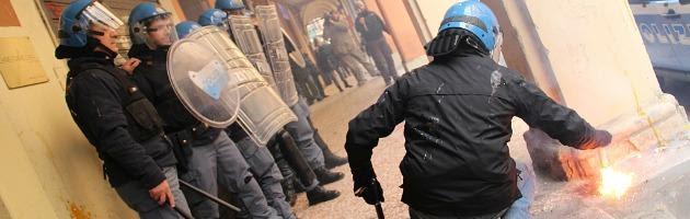 """Lo sfogo del poliziotto al corteo degli studenti: """"Così non si va avanti"""" (video)"""