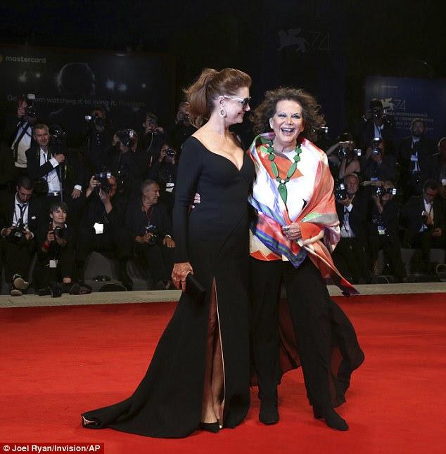 Senhoras principais: Susan colocou com Claudia Cardinale, que exibia um top de seda colorido