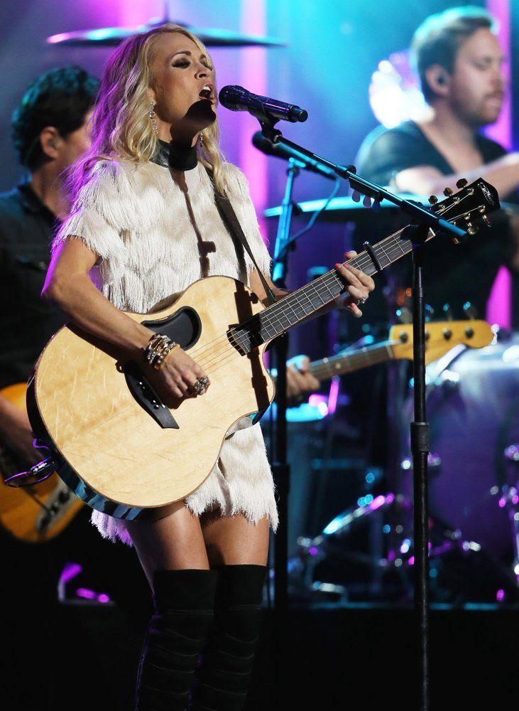 Carrie Underwood : Jimmy Kimmel Live (October 2015) photo carrie-underwood-performing-live-on-jimmy-kimmel-live-03.jpg
