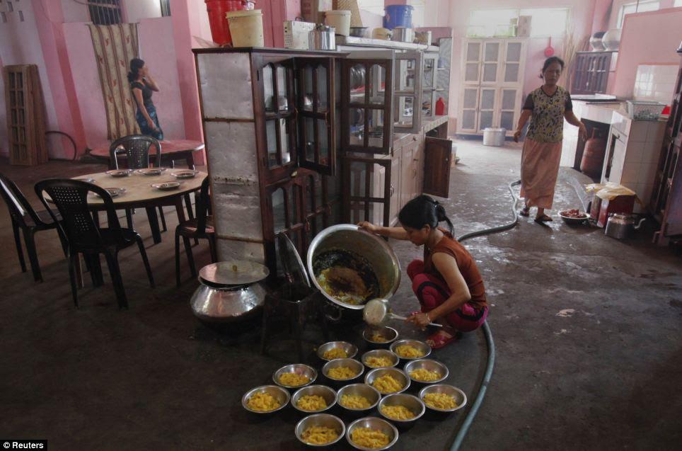 Não o seu tempo de jantar habitual: A esposa de Ziona prepara o café da manhã em casa