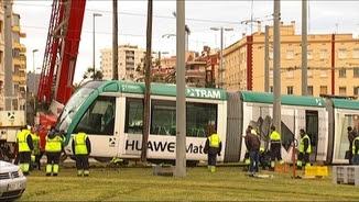 Una grua intentant redreçar el comboi que ha descarrilat