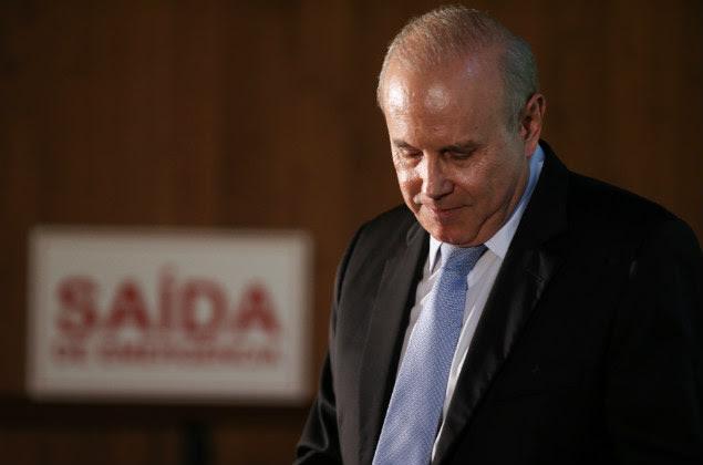 O ministro da Fazenda, Guido Mantega, após discurso e receber o prêmio da Academia Brasileira de Ciências Contábeis