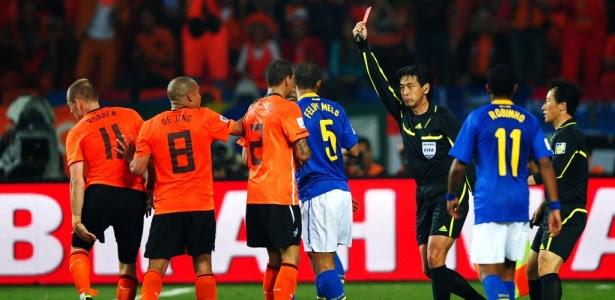Árbitro Yuichi Nishimura expulsou Felipe Melo na derrota do Brasil para a Holanda na Copa de 2010