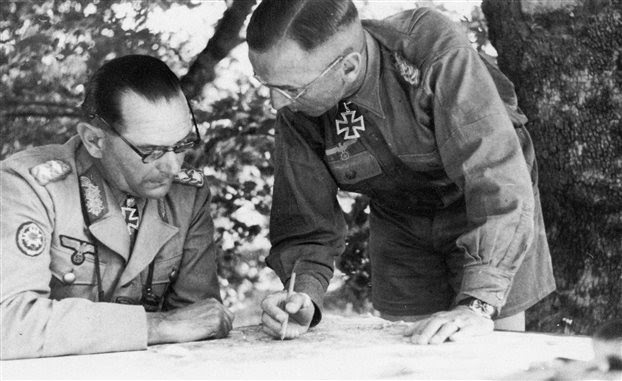 Ο Λαντς (αριστερά) μαζί με τον διαβόητο Βάλτερ Στέτνερ (Walter Stettner) τον Ιούλιο του 1944