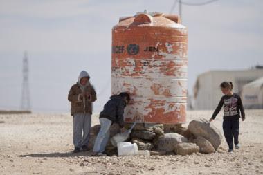 <p>Niños llenando garrafas de agua en el campamento de Al-Zaatari, Jordania /Mustafa Bader</p>