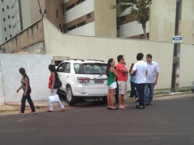 Transeuntes ficam curiosos ao se deparar com o veículo na lixeira (Foto: Eduardo Martins/Acervo Pessoal)