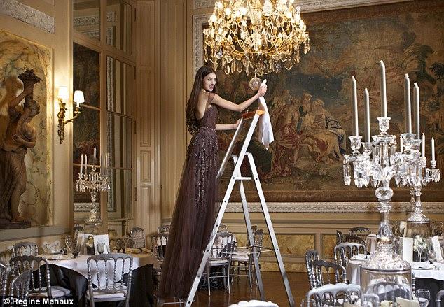 Filha de Andie Margaret no salão Marie-Antoinette no Hôtel de Crillon