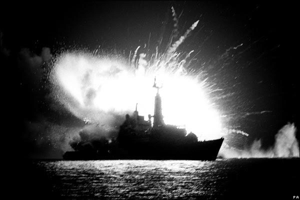 HMS Antelope touché par une bombe qui explose pendant le déminage, guerre des Falklands