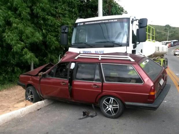 Acidente entre carro e caminhão em São José dos Campos. (Foto: Eduardo de Paula/TV Vanguarda)