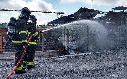 2°GBM debela incêndio após explosão em usina de asfalto em Conceição do Jacuípe