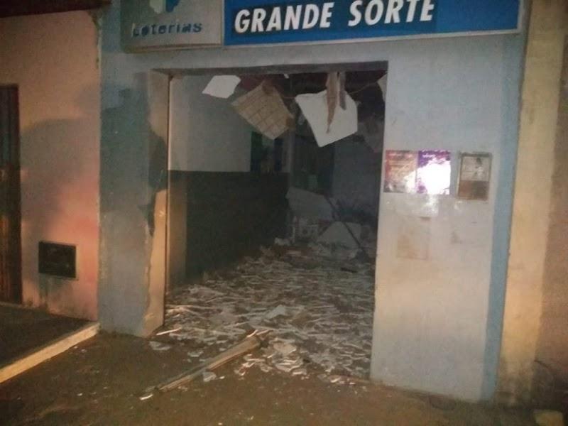 [FOTOS] Cerca de 20 homens explodem e assaltam casa lotérica em Pedra Grande