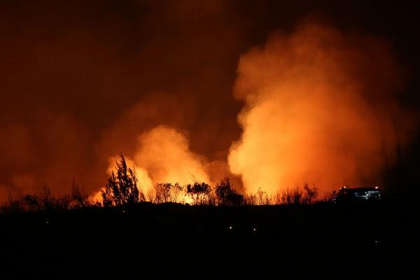 Κόλαση φωτιάς στον Κάλαμο: Κάηκαν σπίτια, εξαιρετικά δύσκολη η νύχτα