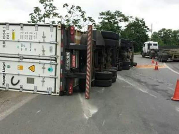 Faixa ficou bloqueada por conta do acidente (Foto: G1)