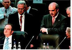 Ο αµερικανός πρώην πρεσβευτής στην Αθήνα  Ντάνιελ Σπέκχαρντ επιβεβαιώνει την αίσθηση  ότι όταν η Ελλάδα «κόπηκε» από το πρόγραµµα  για τη χορήγηση βίζας τον Οκτώβριο του 2008,  την ώρα που άλλες επτά ευρωπαϊκές χώρες  εγκρίθηκαν (ανάµεσά τους οι Τσεχία, Εσθονία,  Ουγγαρία, Λετονία), αυτό συνέβη λόγω του  βέτο στο Βουκουρέστι. Στη φωτογραφία ο πρώην  πρωθυπουργός Κώστας Καραµανλής (αριστερά)  και ο τότε υπουργός Εθνικής Αµυνας Βαγγέλης  Μεϊµαράκης (δεξιά) κατά τη συνεδρίαση της  Συνόδου του ΝΑΤΟ που έγινε τον Απρίλιο του  2008 στη ρουµανική πρωτεύουσα