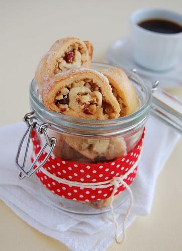 Walnut, cranberry and cinnamon rugelach / Rugelach de nozes, cranberry e canela