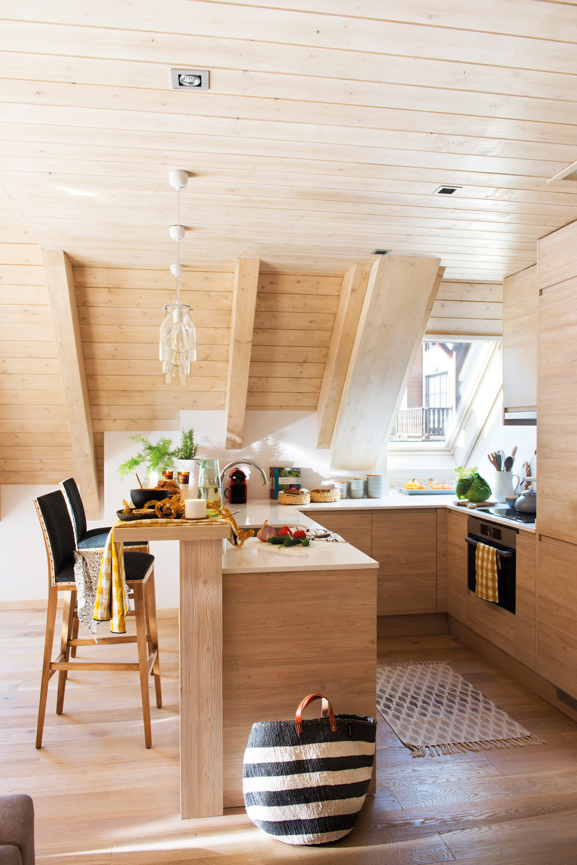 00445023. Cocina con barra y taburetes con paredes revestidas en madera 00445023