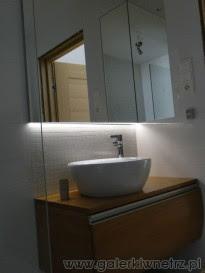 Łazienka z prysznicem walk-in oraz białą mozaiką Tubądzin ...