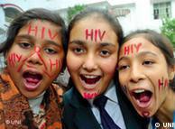 Escolares de  la escuela india Krishna Niketan se informan sobre cómo protegerse  contra el SIDA.