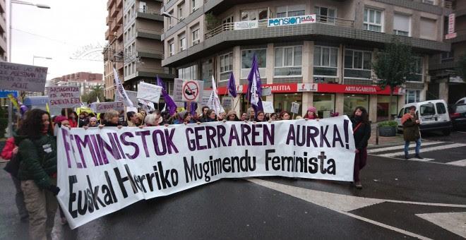 Cabecera de la manifestación feminista en Bilbao contra el negocio de la guerra./PÚBLICO