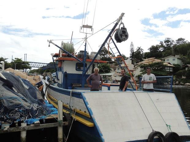 Seu Veco e os filhos construíram um barco para ter condições de aumentar a captura (Foto: Janara Nicoletti/G1)