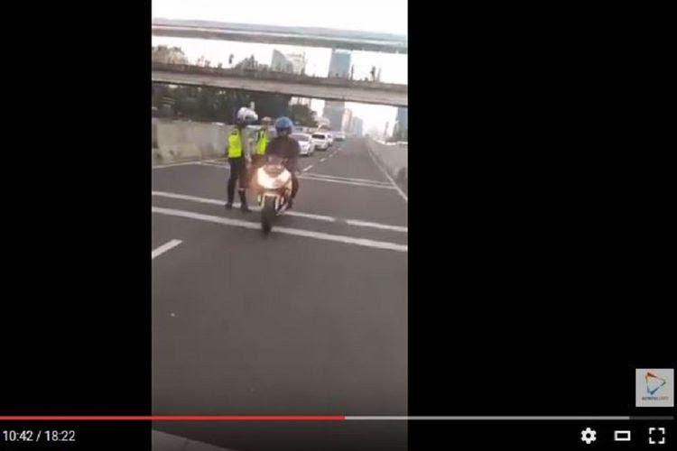 Seorang pengendara sepeda motor Kawasaki Ninja 250 FI yang tidak ditilang saat polisi melakukan razia di JLNT Tanah Abang-Kampung Melayu, Rabu (26/7/2017).