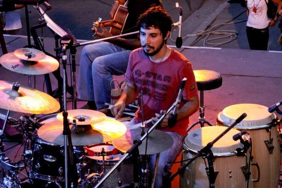 Oliver Valdés, la percusión. Foto: Alejandro Ramírez Anderson