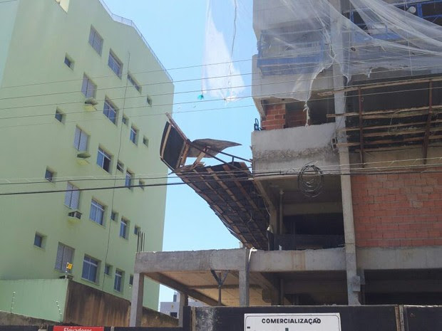 Acidente aconteceu em obra no bairro Enseada, em Guarujá (Foto: Nina Barbosa / TV Tribuna)