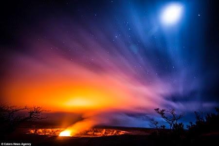 Dua pemandu wisata gunung di Hawaii nekat mendekatkan diri mereka dengan  lava pijar Foto Nekat Dekat Letusan Kilauea