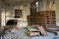 sala anexa a una estancia con un profundo y ancho pozo