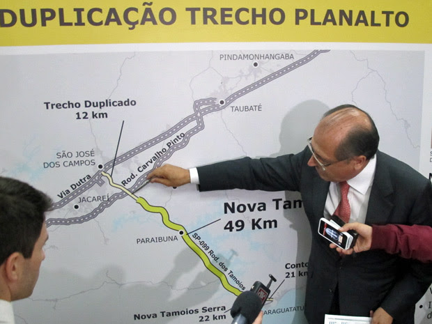 Geraldo Alckmin mostra em mapa onde serão executadas as obras de duplicação na Rodovia dos Tamoios (Foto: Marcelo Mora/G1)