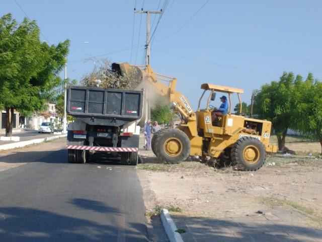 Prefeitura intensifica a limpeza dos terrenos baldios no Bairro Santa Luzia