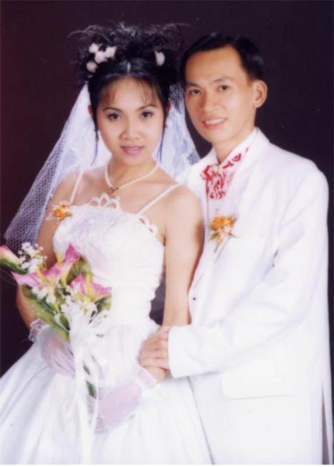 Con trai và con dâu trong ngày cưới. Hiện đã có 2 cháu trai và gái.