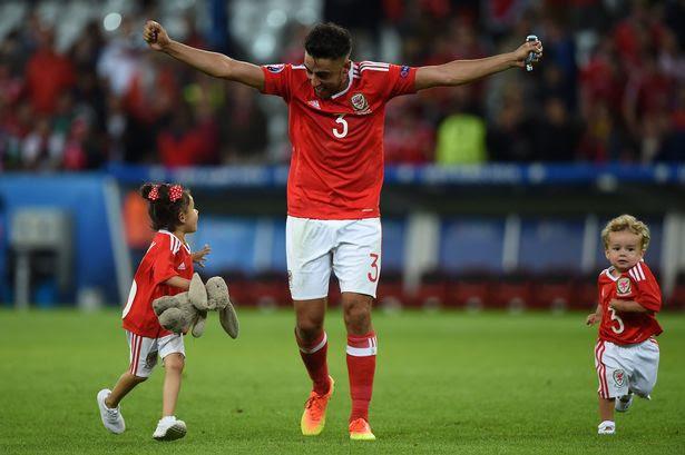 Neil Taylor festeggia con i figli la vittoria sul Belgio