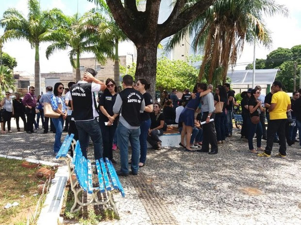 Por volta das 10h30, agentes da segurança pública se reuniram em frente a Assembleia Legislativa para reivindicar o pagamento em dia dos salários (Foto: Anderson Barbosa/G1)