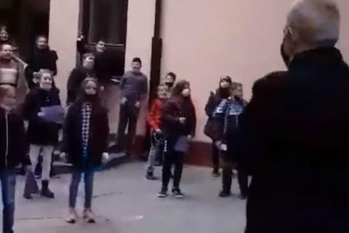 KLINCI PESMOM GROBARA ISPRATILI DIREKTORA U PENZIJU: Neverovatne scene u Belom Blatu! Pogledajte /VIDEO/