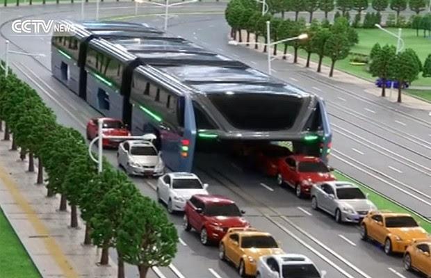 Projeto de ônibus elevado é apresentado na China (Foto: Reprodução/CCTV)