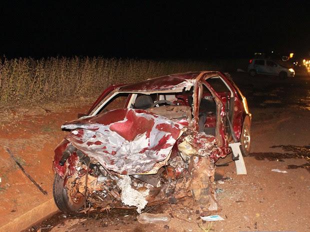 Carro que era dirigido por adolescente ficou destruído após acidente na PR-170, em Rolândia (Foto: Portal Rolândia 190/Divulgação)