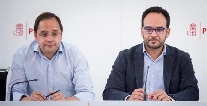 El secretario de Organización del PSOE, César Luena, coordinador del Comité Electoral del partido y Antonio Hernando, portavoz socialista. EFE/Luca Piergiovanni