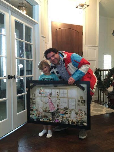 Ao final de cada foto, Jonathan presenteia as crianças com um quadro!