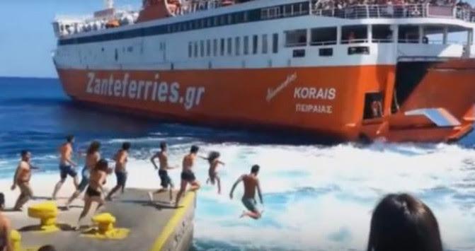 Σίκινος: Βούτηξαν στη θάλασσα στα απόνερα του πλοίου - Η απόφαση του καπετάνιου εξέπληξε τους πάντες [vid]