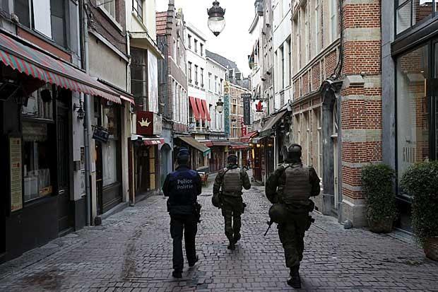 Policiais patrulham rua no centro comercial de Bruxelas, que segue em estado de alerta (Foto: Youssef Boudlal/Reuters)